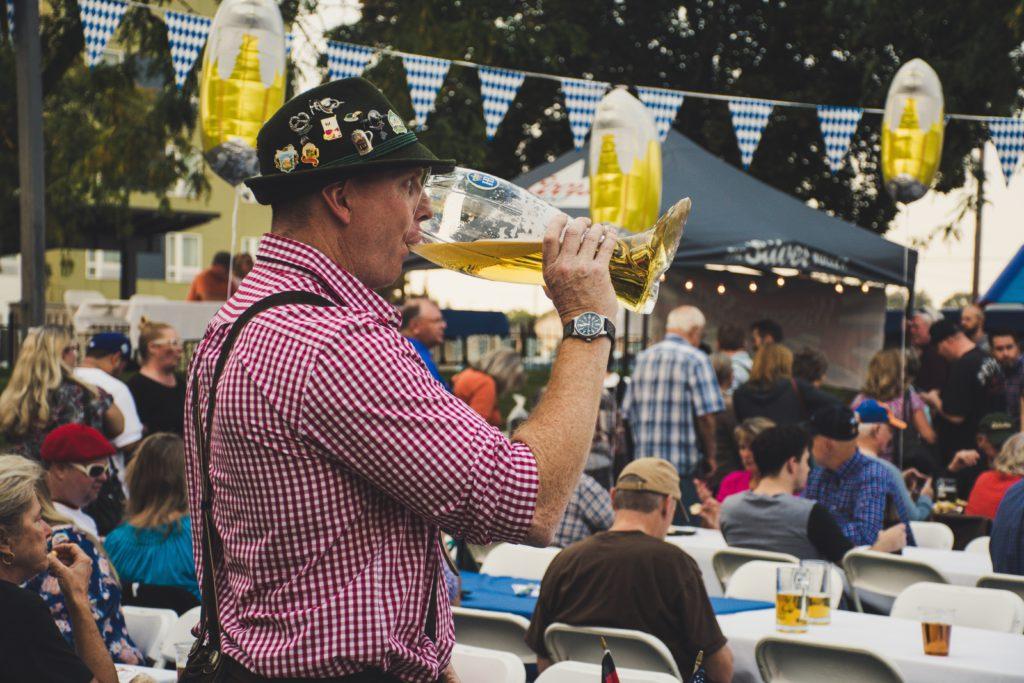 Allemand buvant de la bière pendant l'Oktoberfest